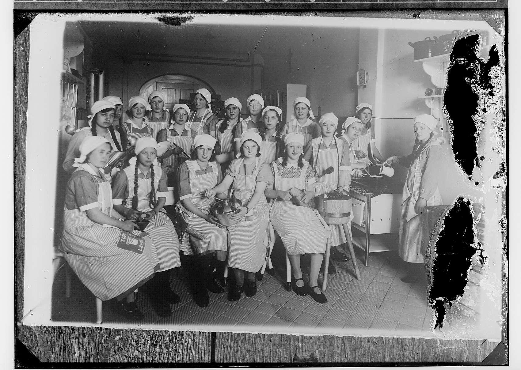 Gruppenaufnahmen Schülerinnen der Haushaltsschule Sigmaringen beim Kochen, Bild 1