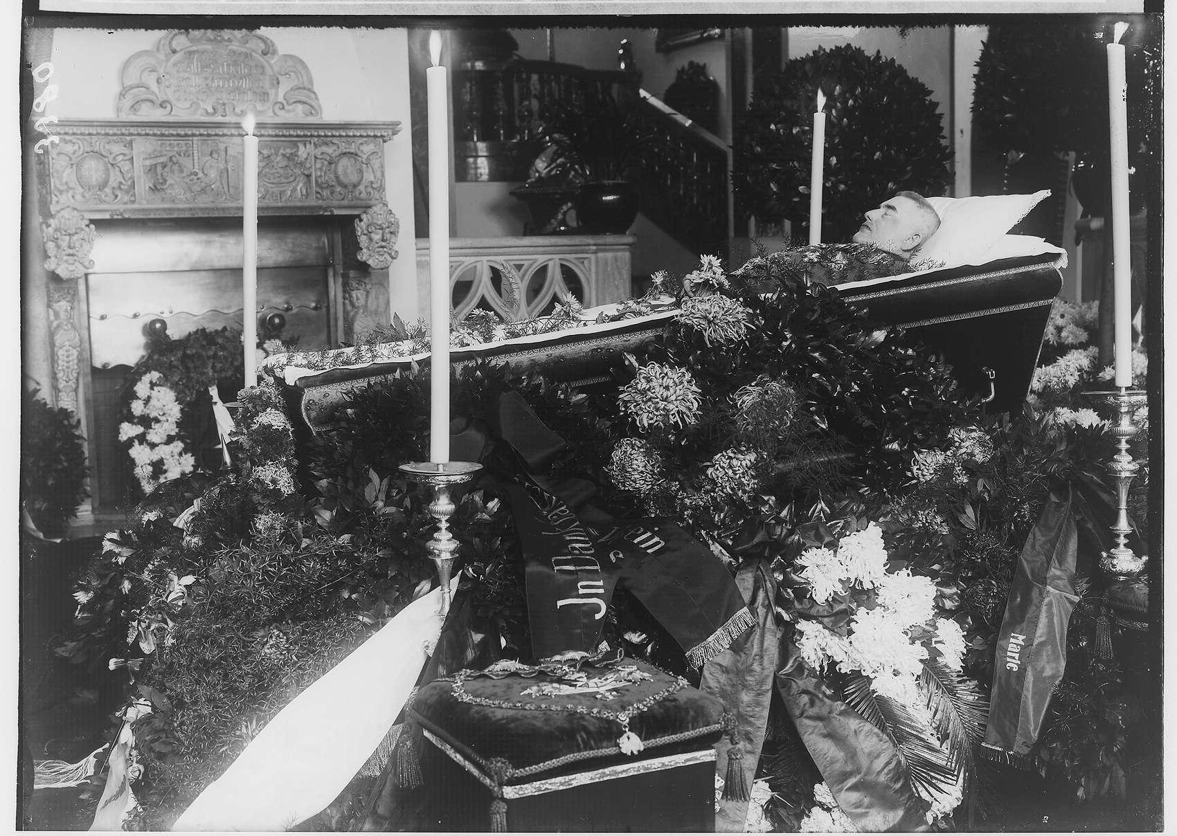 Leichnam des Fürsten Wilhelm von Hohenzollern in Generalsuniform in der Kanonenhalle zu Schloß Sigmaringen aufgebahrt, Bild 1