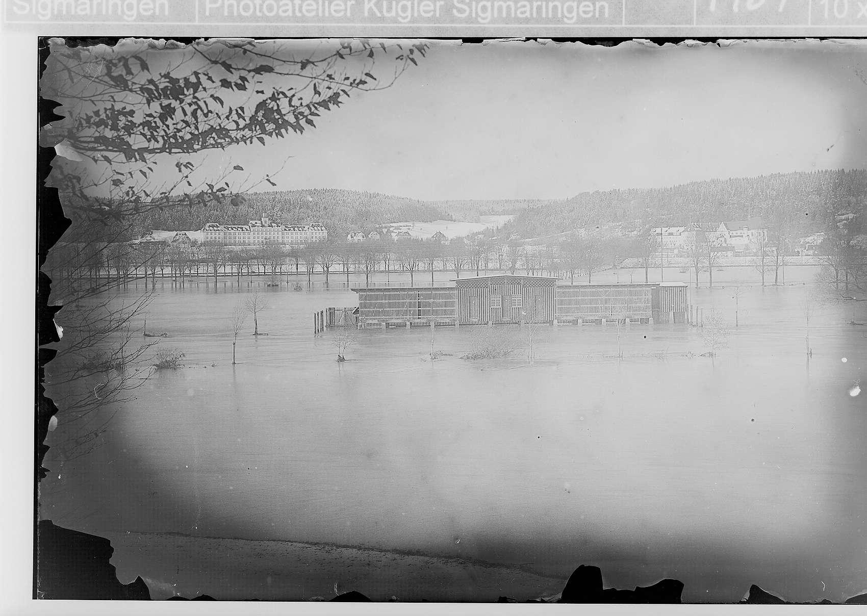 Donauhochwasser in Sigmaringen; Im Hintergrund Unteroffiziersvorschule, im Vordergrund MilitärSchwimmanstalt (= Soldatenbad), Verlängerung von der Gorheimer Allee, Bild 1