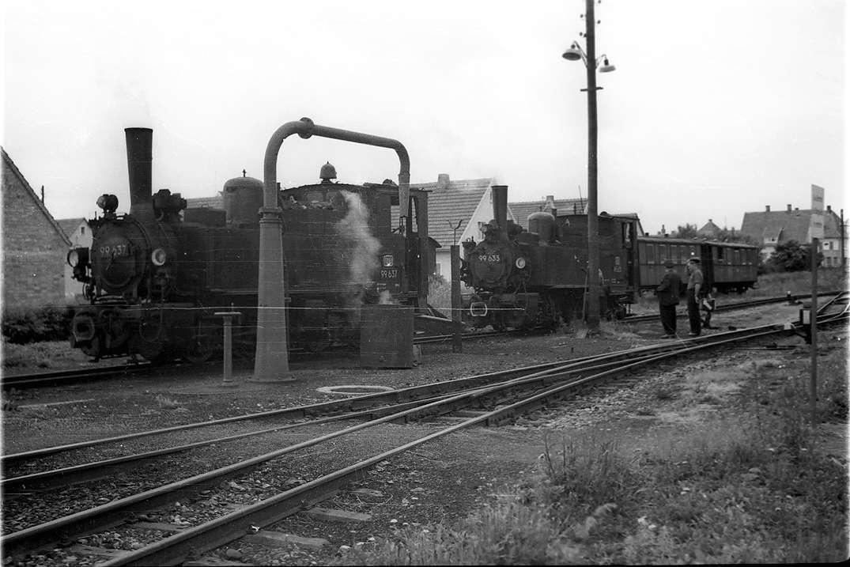 Buchau, Schmalspurloks, Betriebs-Nr. 99 637 (links) und 99 633, Bild 1
