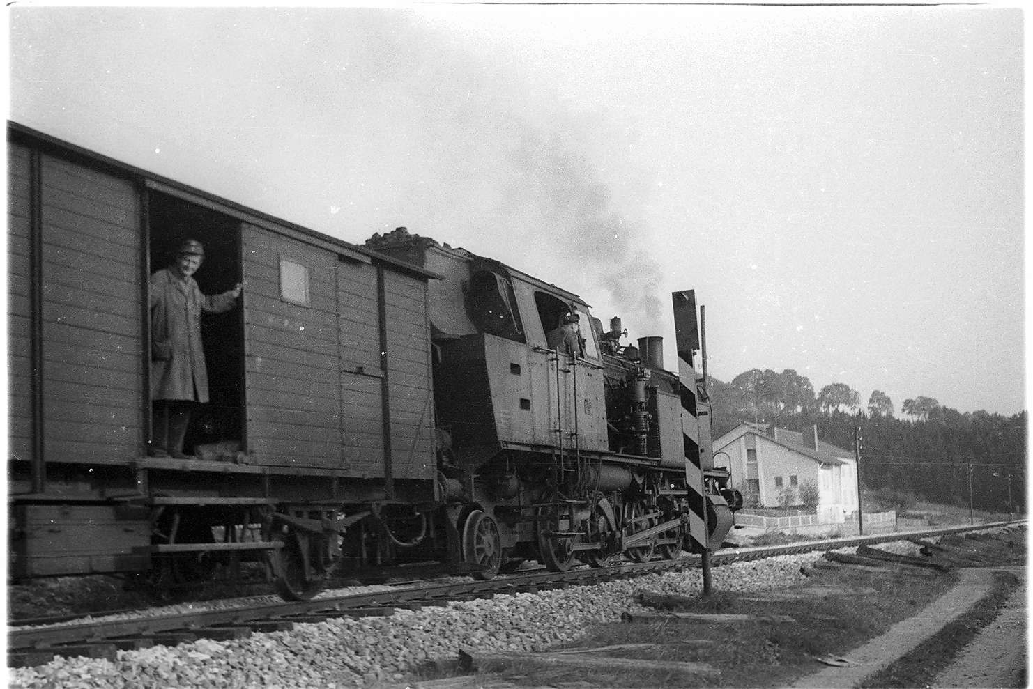 Gammertingen, Dampflok 15 mit Zugführer Leonhard Stauß (geboren 1923), noch im grauen Arbeitsmantel, Bild 1