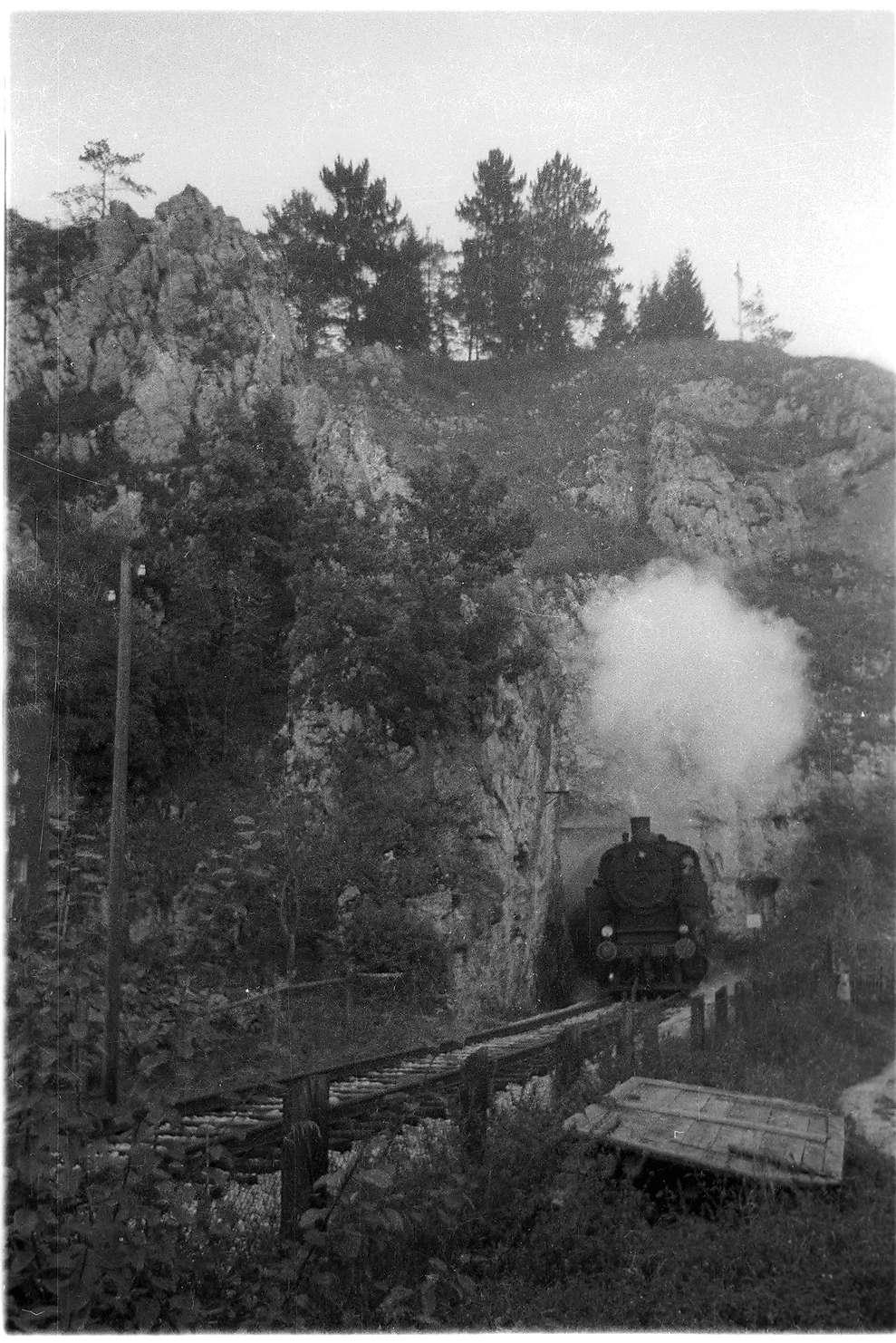 Veringenstadt, Dampflok 15 (1940 - 1965) am 1908 erbauten Tunnel, der Straßentunnel daneben wurde 1976 eröffnet, Bild 1