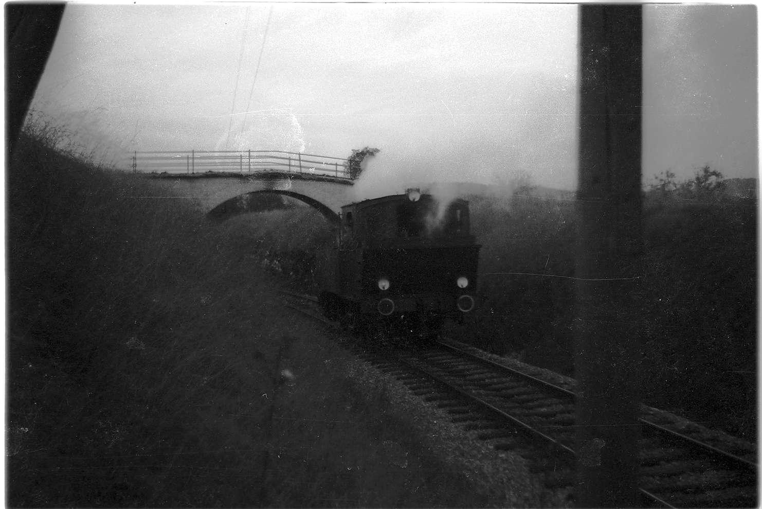Gammertingen, Feldwegbrücke von 1908, 1975 durch Brücke Hochbergstraße ersetzt, Dampflok 11, Rückkehr vom Nachschieben zur Fehlahöhe, Bild 1