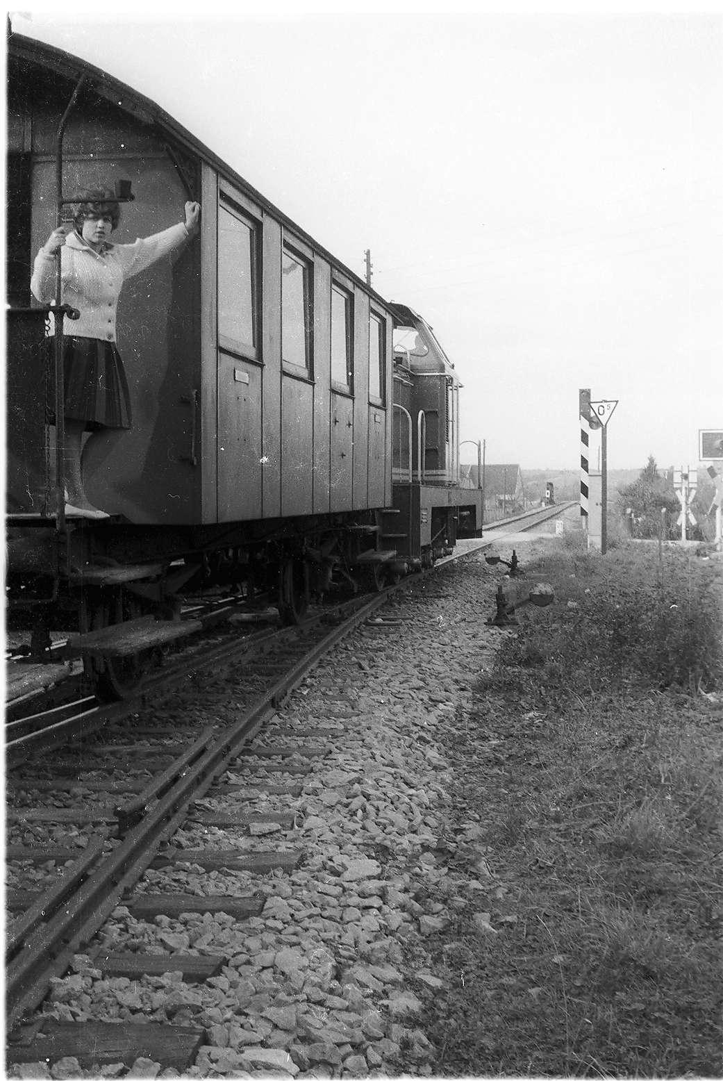 V81 bei Rangendingen, Güterzug mit für den Unterwegsverkehr mitgeführten Personenwagen von 1901, Bild 1