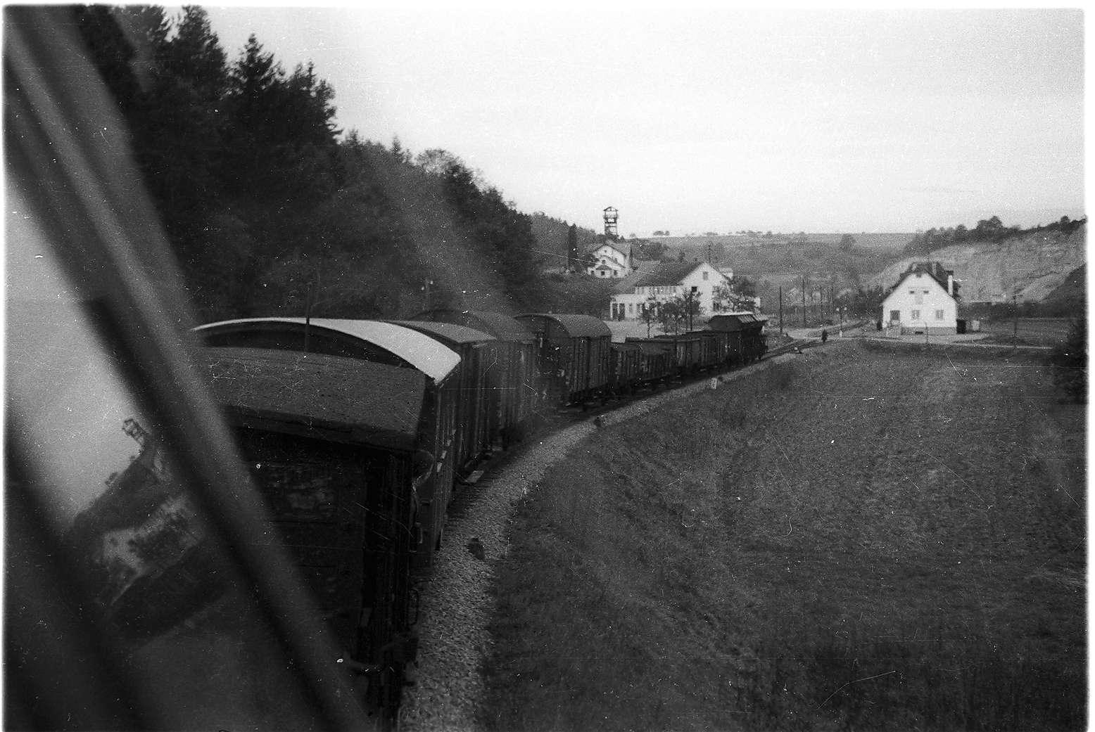Bahnhof Stetten bei Haigerloch, Blick vom Führerhaus auf den Güterzug mit Stückgutbeförderung G (St) 305 W; Förderturm des Salzwerks 1854 - 1990 (abgebrochen), Bild 1