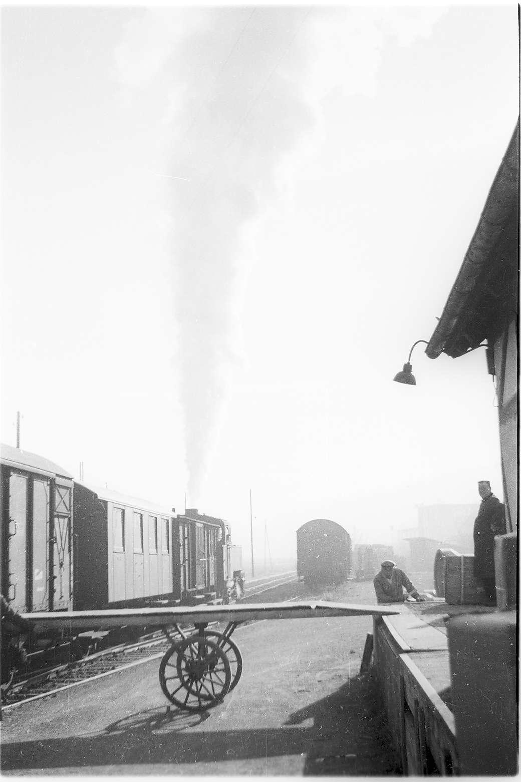 Bahnhof Rangendingen, Lok 16, abblasend, bewegliche Rampe zum Güterschuppen, Bild 1
