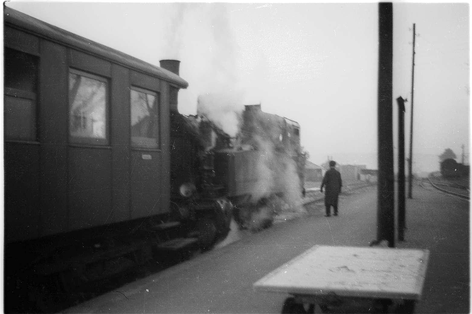 Zug 300, Lok 21, Landesbahnhof Hechingen, die Personenwagen vom Berufs- und Schülerverkehr werden abgestellt, Bild 1