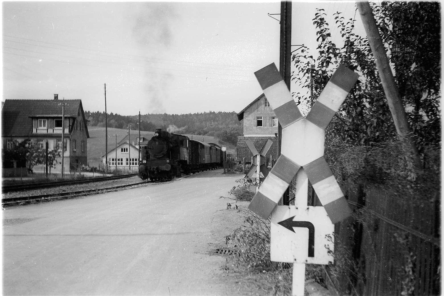 Zug 305, Lok 16 in Jungingen, Bahnhofsgebäude erbaut 1901, aufgestockt 1912, abgebrochen 1985 nach Erdbebenschäden, Bild 1