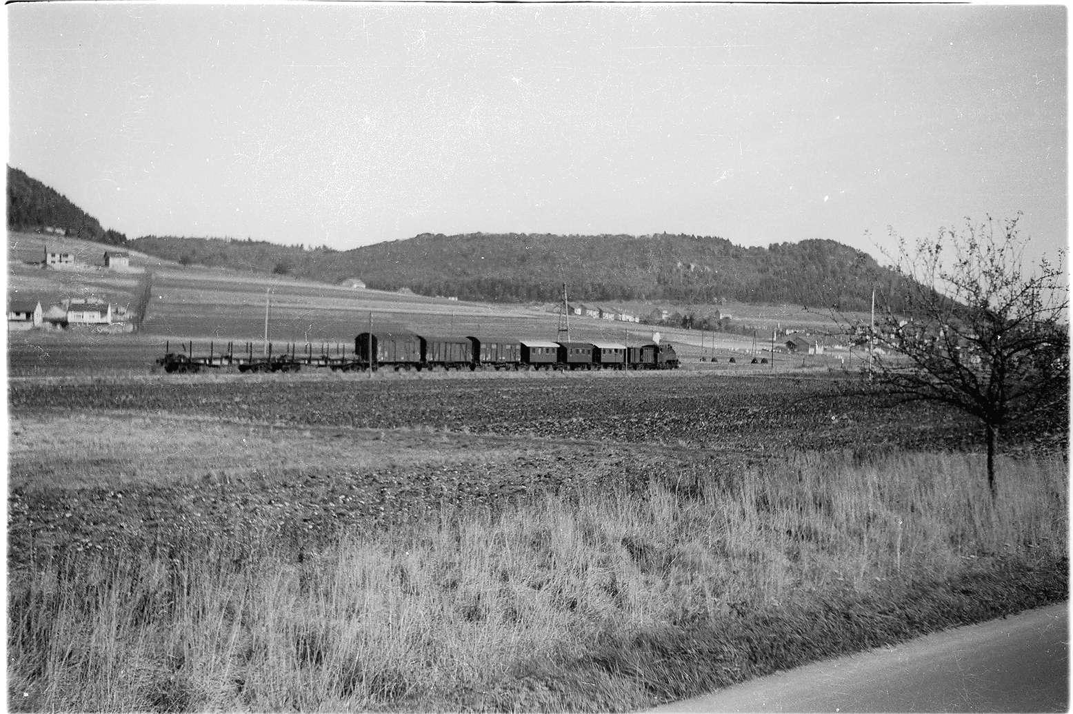 Strecke Hausen - Burladingen, Lok 16 hat es geschafft, am Schluss des Güterzuges laufen Wagen mit Roheisen, betimmt für Laucherthal, Bild 1