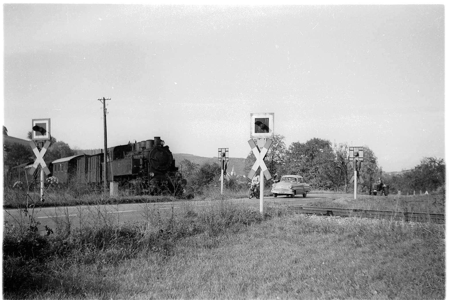 Strecke Jungingen - Killer, Bahnübergang der B 32 noch ohne Halbschranken, veröffentlicht im Bildband 2007, Bild 1