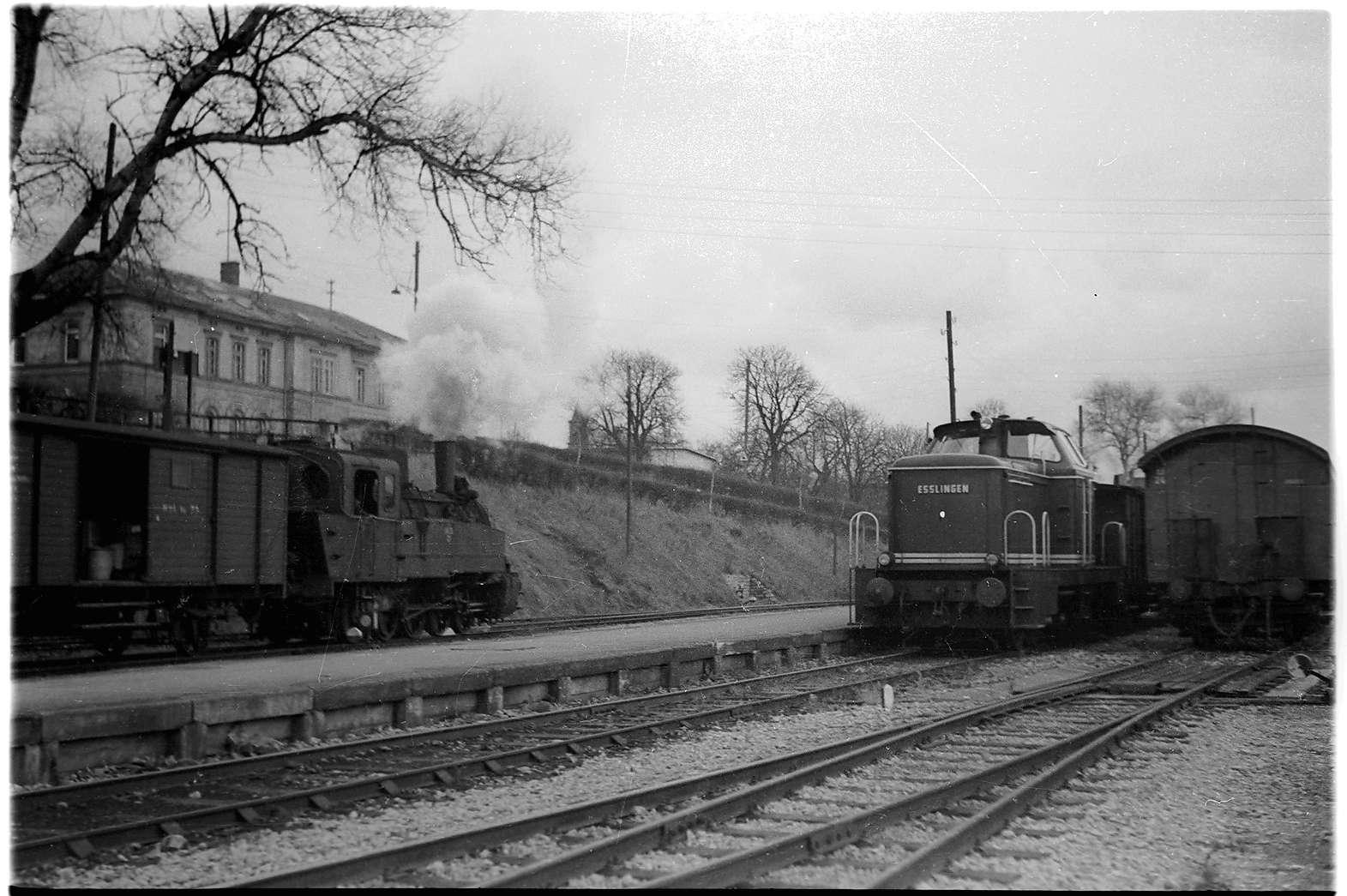 Bahnhof Hechingen, Lok 21 mit Güterzug 305, Diesellock V 81 mit Güterzug 304, Landesbahnhof, für Personenverkehr geschlossen seit 1997, Bild 1