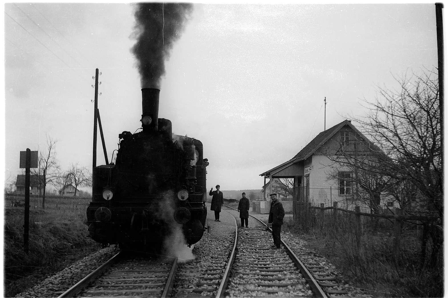 Bahnhof Schlatt, Zugführer Illguth, Bremser Georg Schmid (1929 - 2002), Bahnagent Glamser (gestorben 1995), Bahnhofsgebäude 1901 - 1976, Bild 1
