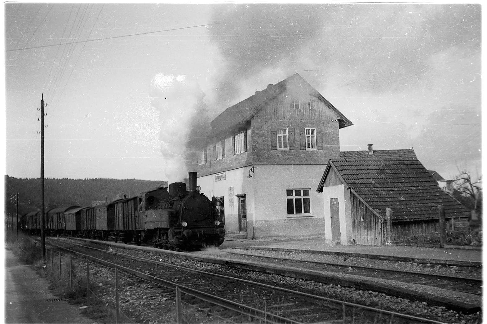 Bahnhof Jungingen, 1901 - 1985, Abbruch wegen Erdbebenschäden 1978, Lok 21, 2009 steht noch das Abortgebäude rechts, Lok 21 bläst ab, Bild 1