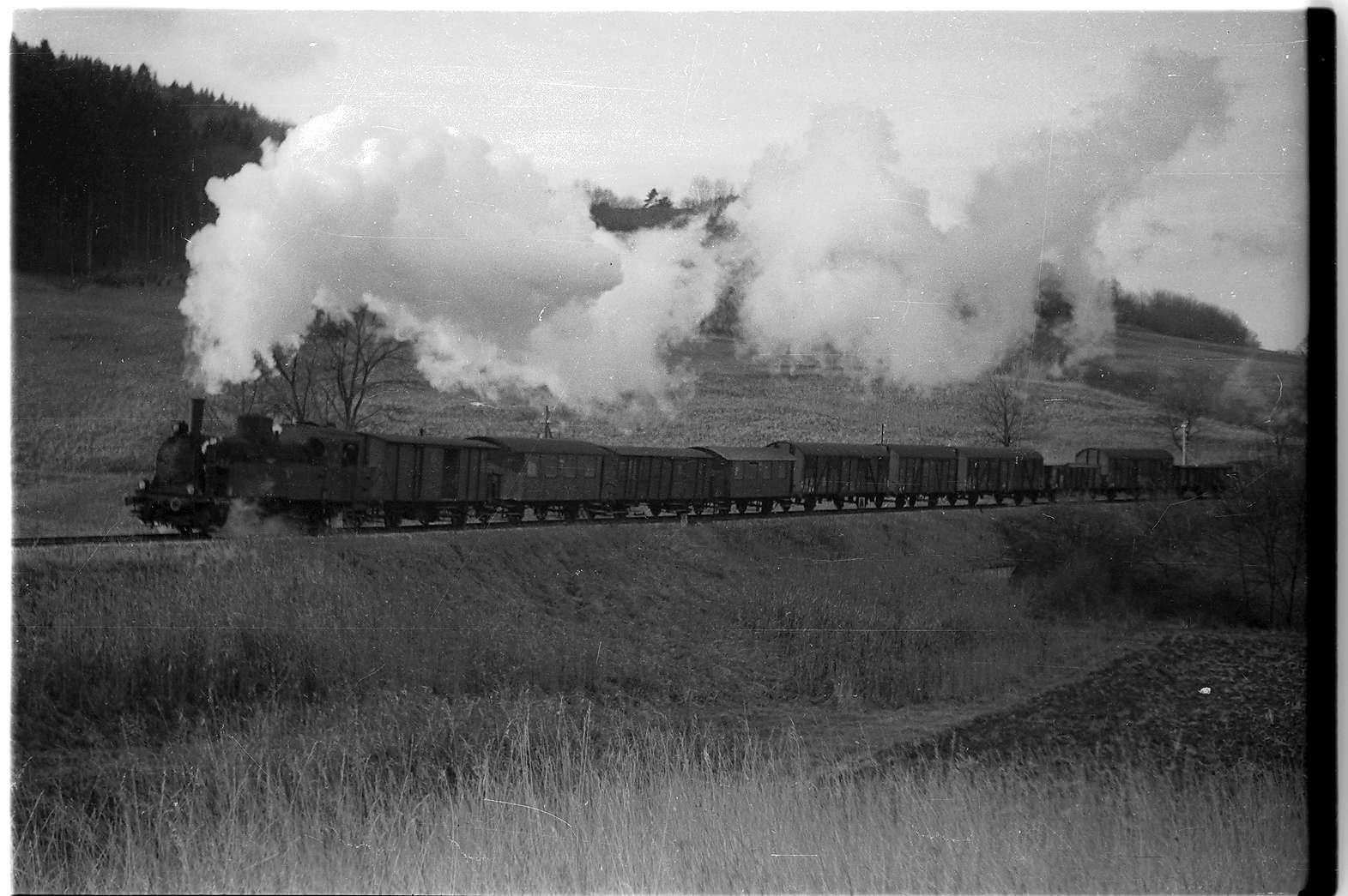 Lok 21 in voller Kraftentfaltung, mit 2 Packwagen, Strecke Jungingen - Killer, Bild 1