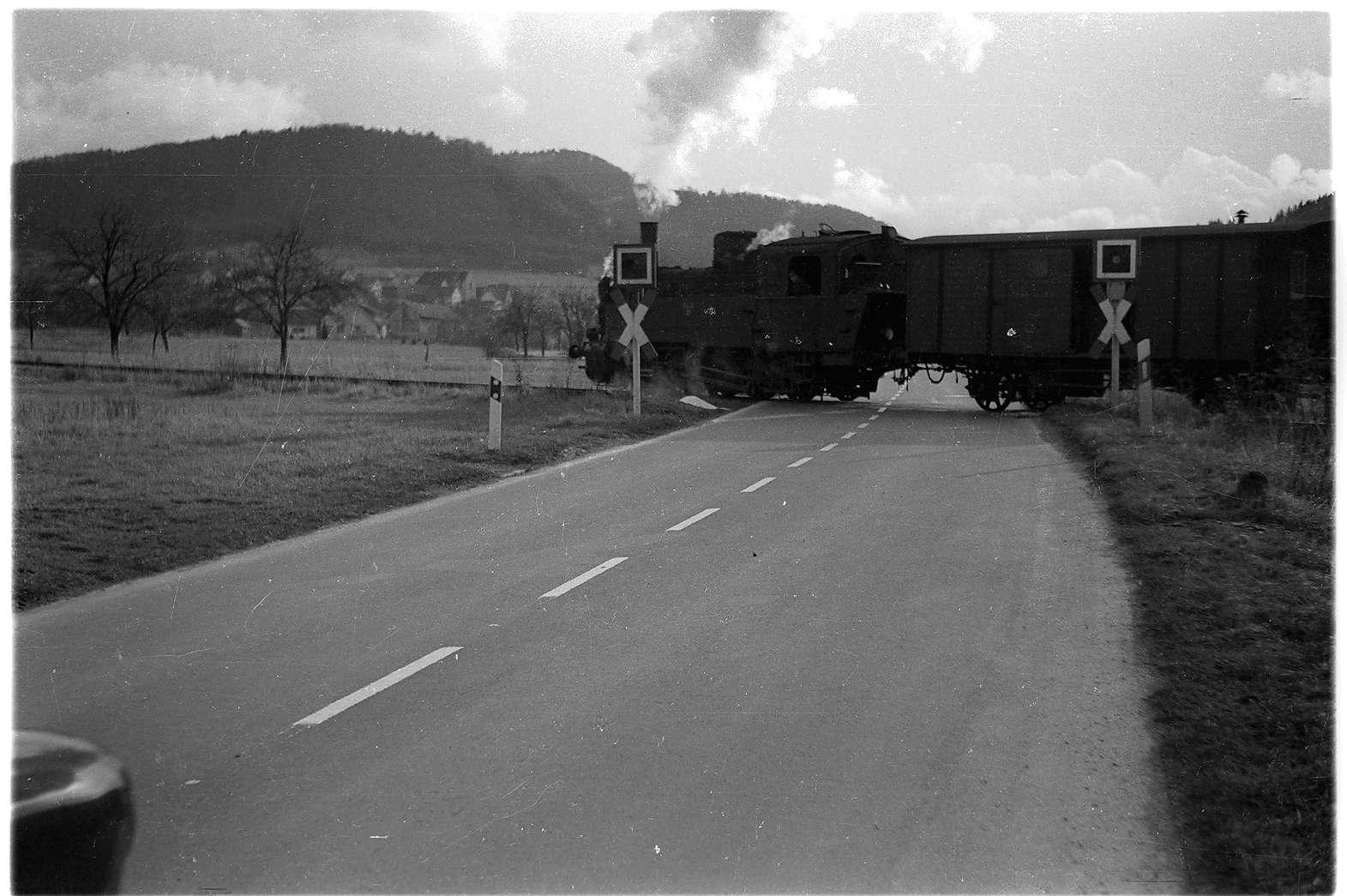 Killer, Bahnübergang der Bundesstraße 32 mit Warnblinkanlage, noch ohne Halbschranken, Bild 1