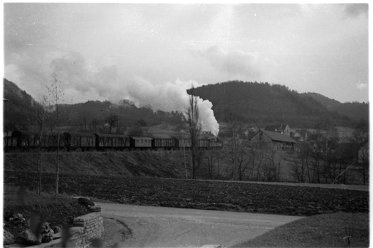 Lok 21, Einfahrt Bahnhof Killer, Kirche Mater Dolorosa, noch niedriger Kirchturm, Bild 1