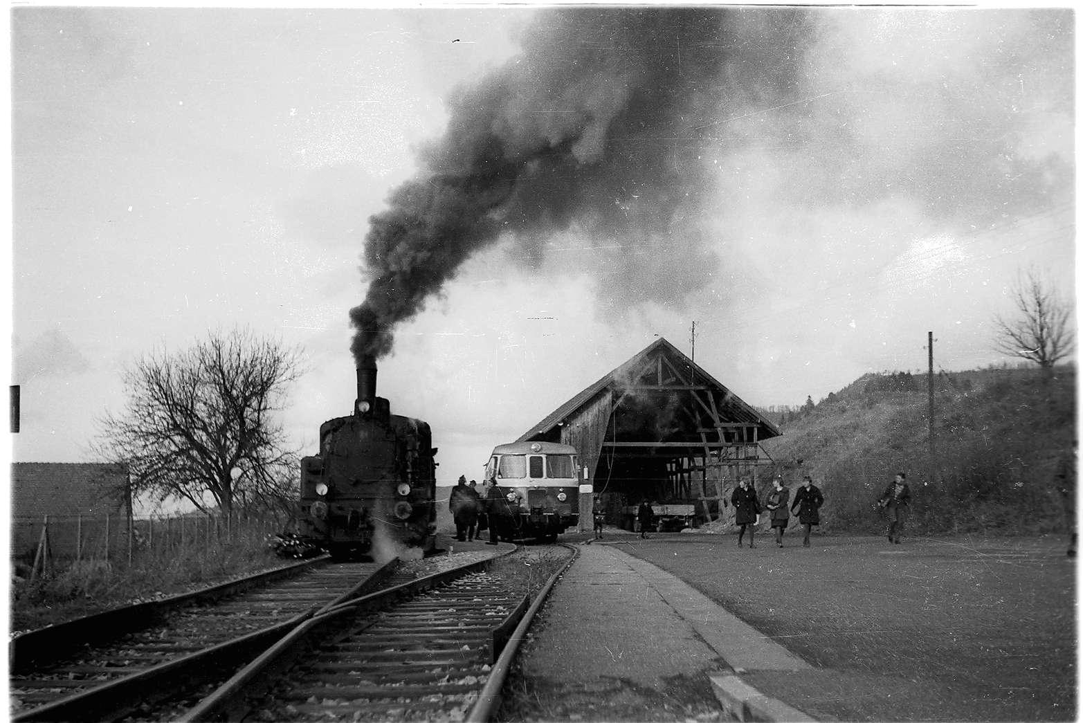 """Killer, To 24W MAN-Triebwagen von 1960, Strohhalle des """"Veit-Sepp"""", abgebrannt 1962, Lok 21 beim """"Dampf machen"""", Bild 1"""