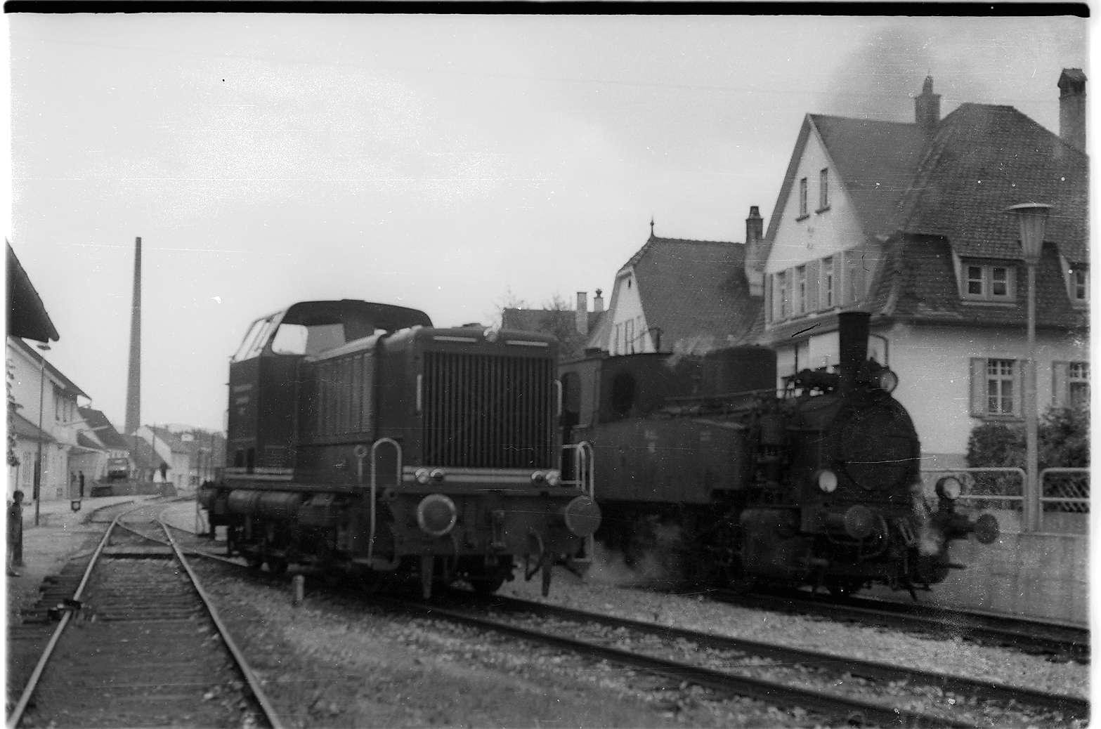 Burladingen, V82 und Lok 12 wechseln; Diesellok V82 fährt wieder nach Stetten bei Haigerloch, Dampflok 12 nach Gammertingen, Bild 1