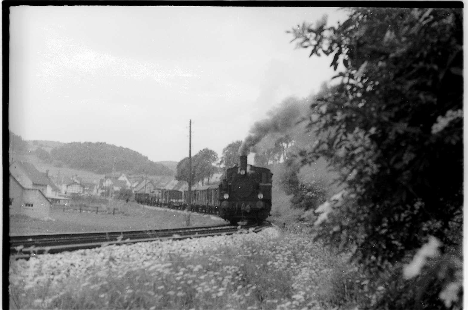 Strecke Neufra - Gammertingen, Lok 12 stellt einen Teil des Güterzuges in Neufra ab, dieser wird mit einer zweiten Fahrt geholt, Bild 1