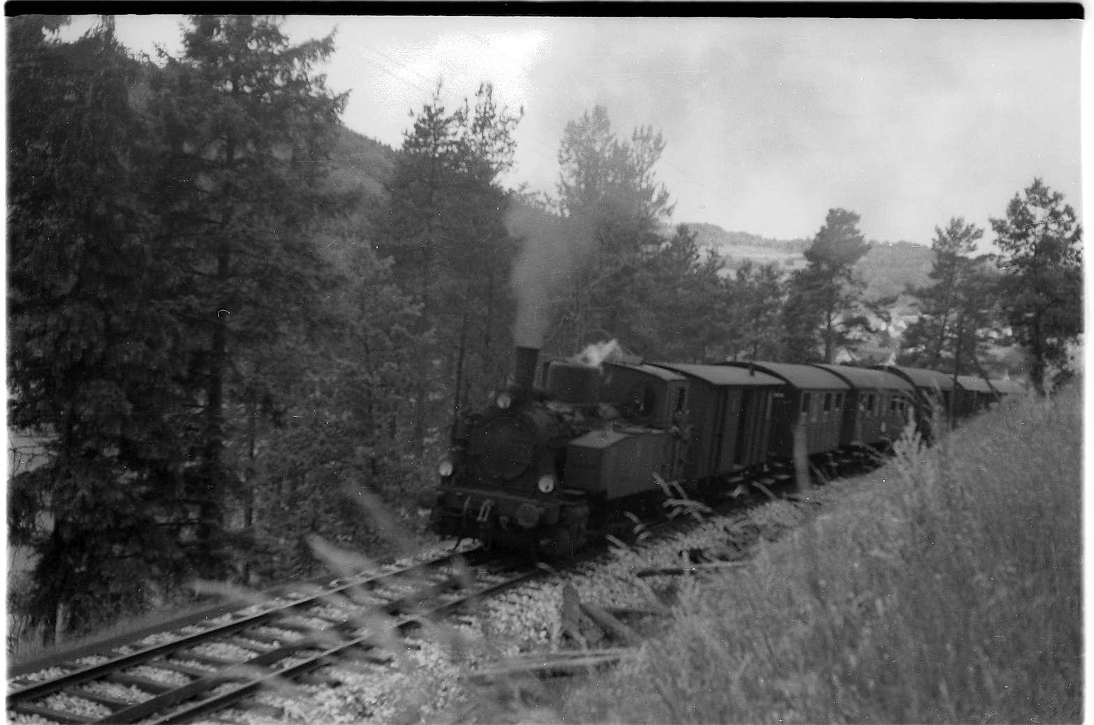 Strecke Neufra - Gammertingen, im Gleis liegen die neuen Schienen der Form S49, welche die Oberbauform 6 ersetzten, Bild 1
