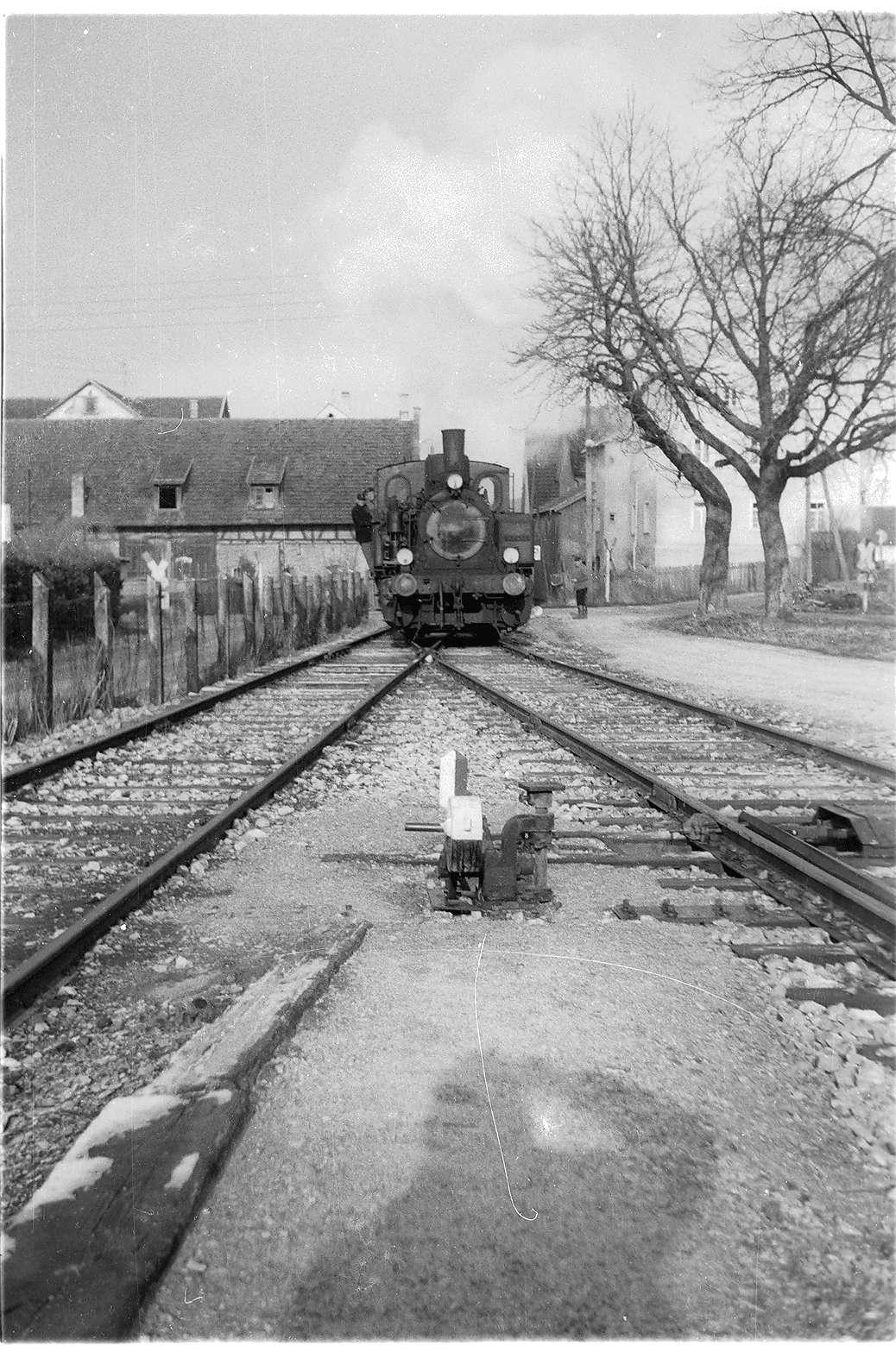 Bahnhof Trochtelfingen, Lok 12, Arbeitszug, Laden von alten Schwellen, Bild 1