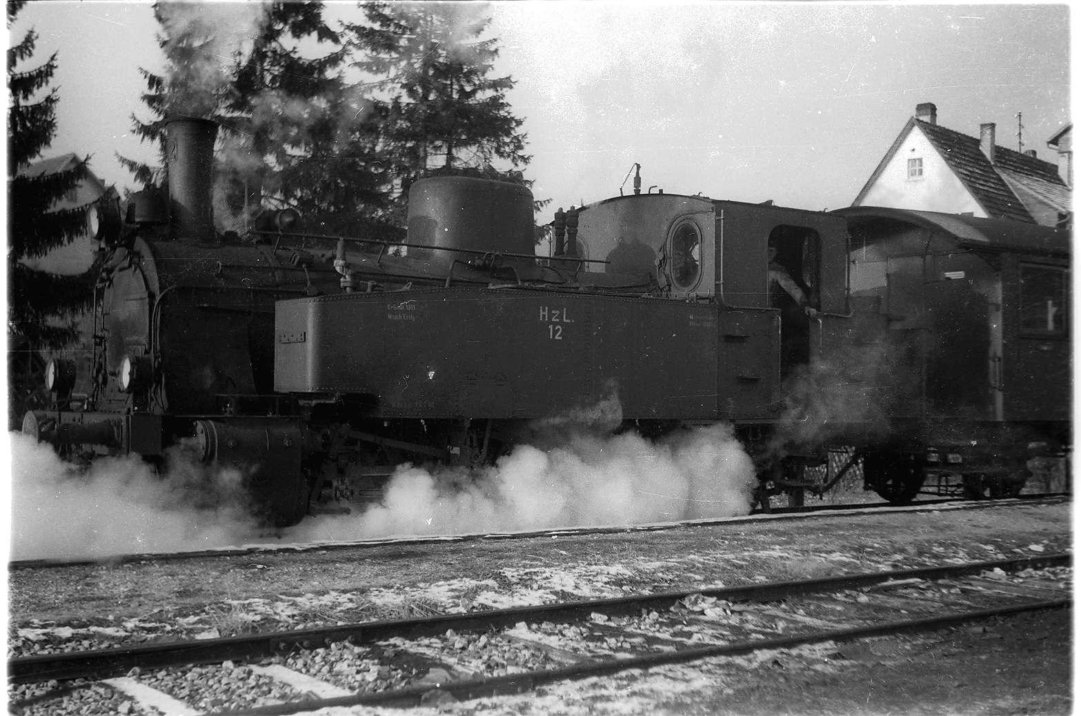 Bahnhof Trochtelfingen, Lok 12, Oberheizer Fabian Eisele (1910 - 1973) öffnet die Schlammhähne, Dampflok 12 darf nicht unbeaufsichtigt bleiben, Bild 1
