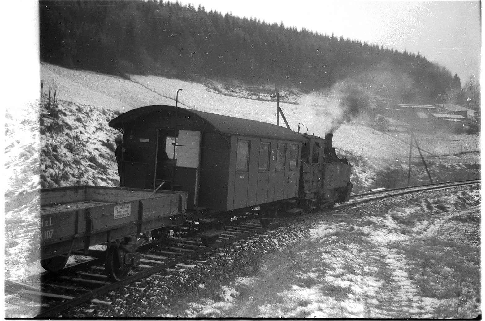 Strecke Trochtelfingen - Mägerkingen, Lok 12, die Niederbordwagen mit Holzaufbau (X-Wagen) wurden ab 1975 durch stärkere K-Wagen ersetzt, Bild 1