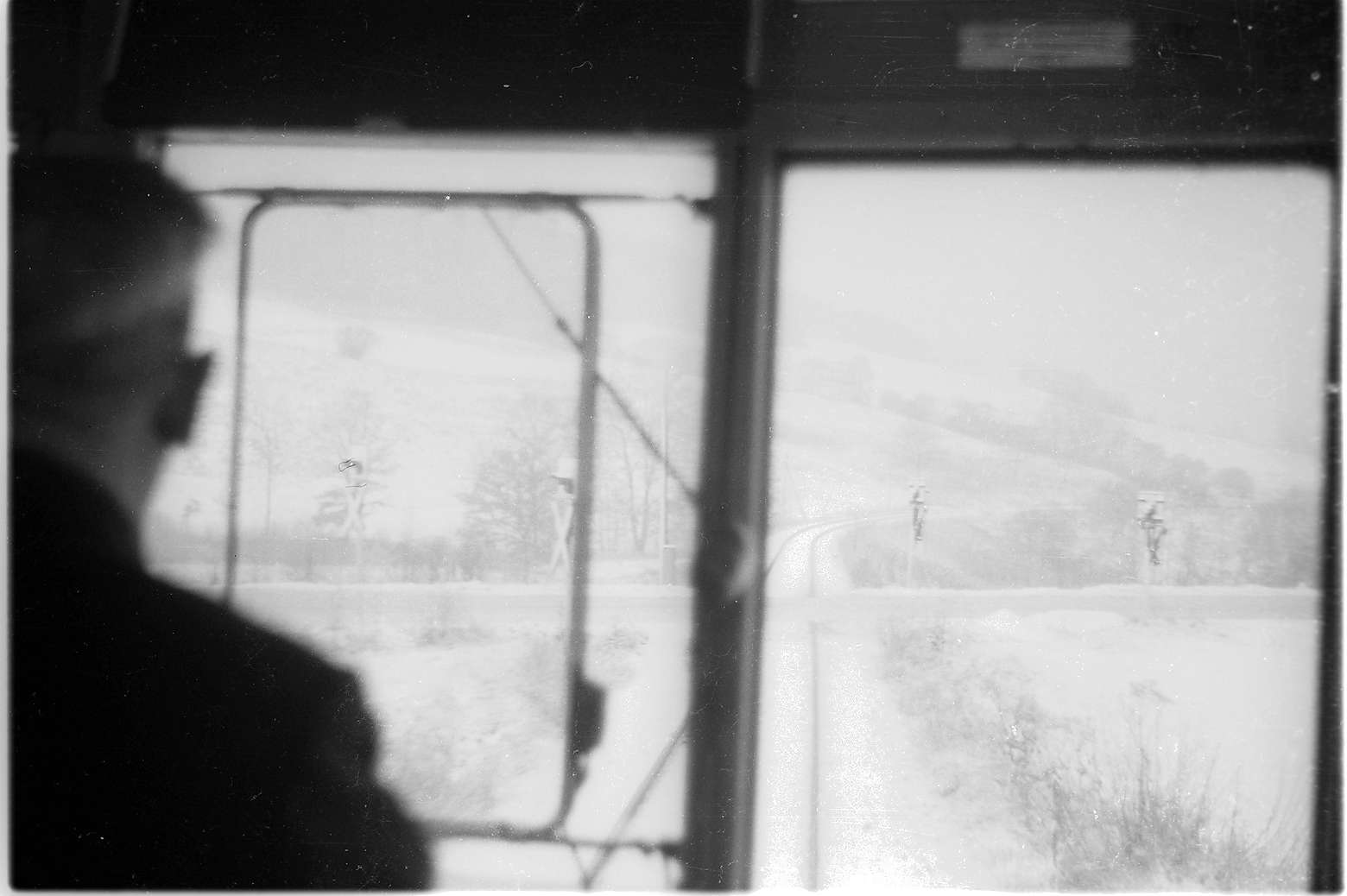 Killer, Blick aus Triebwagen VT 1 (1934 - 1975) auf die abgebrannte Strohhalle und einen Bahnübergang der B 32, Bild 1