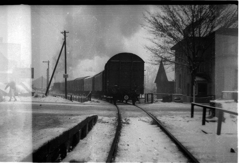 Hechingen, Lok 12 Zug 305, Ausfahrt, Bahnübergang nur noch durch Andreaskreuz gesichert, Bild 1