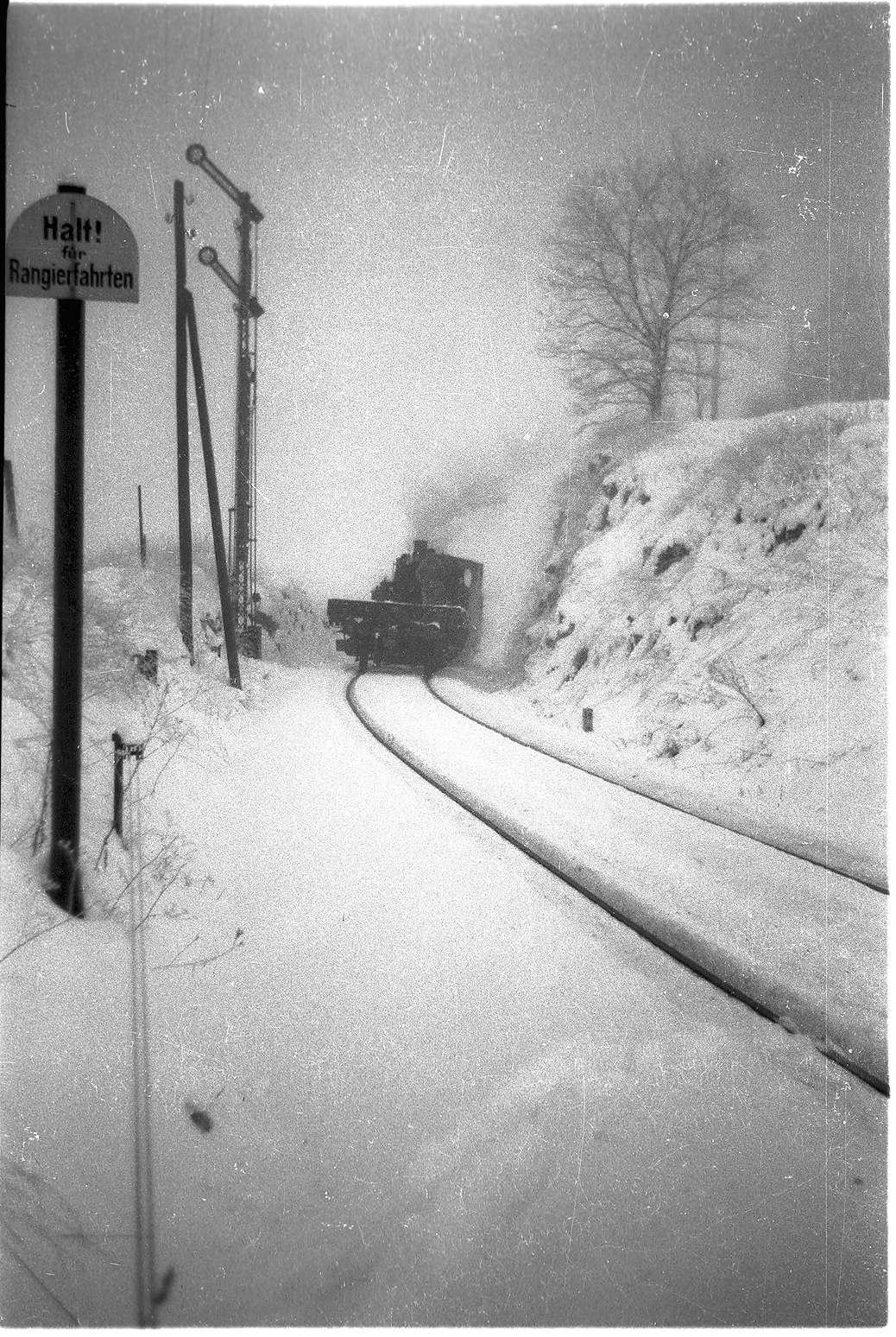 Lok 12 hat Einfahrt vom Engstinger Gleis, mechanisches Einfahrtssignal, Bild 1