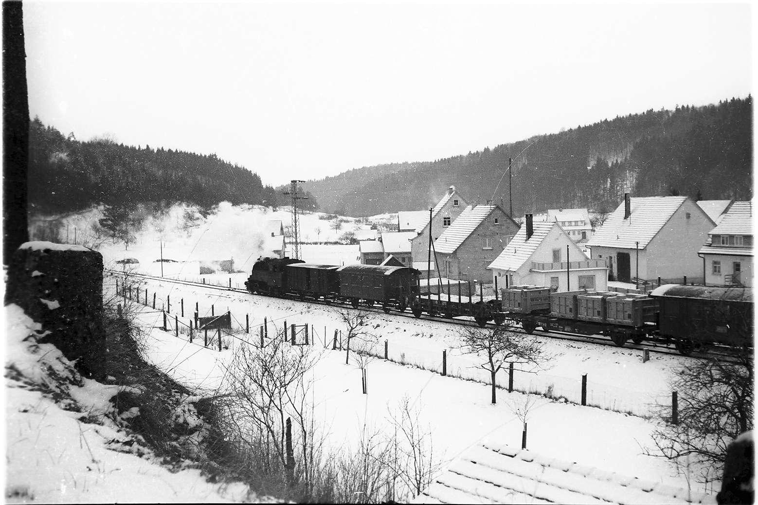 Neufra, Dampflok 16, Zug 305, mit Wagen für das Hüttenwerk Laucherthal, Bild 1