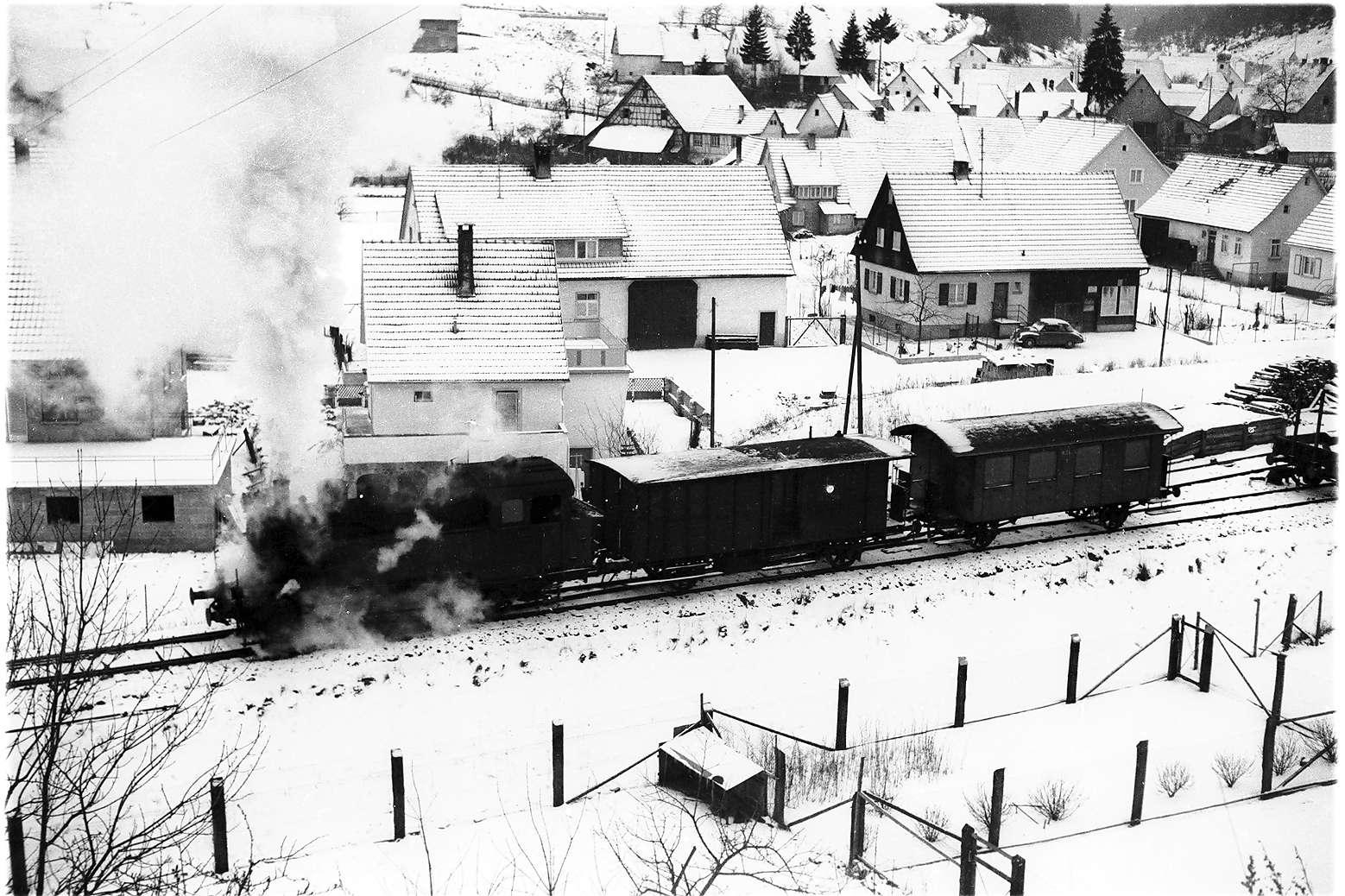 Neufra, Dampflok 16, Zug 305, Einstellen eines Wagens vom Nebengleis, Bild 1
