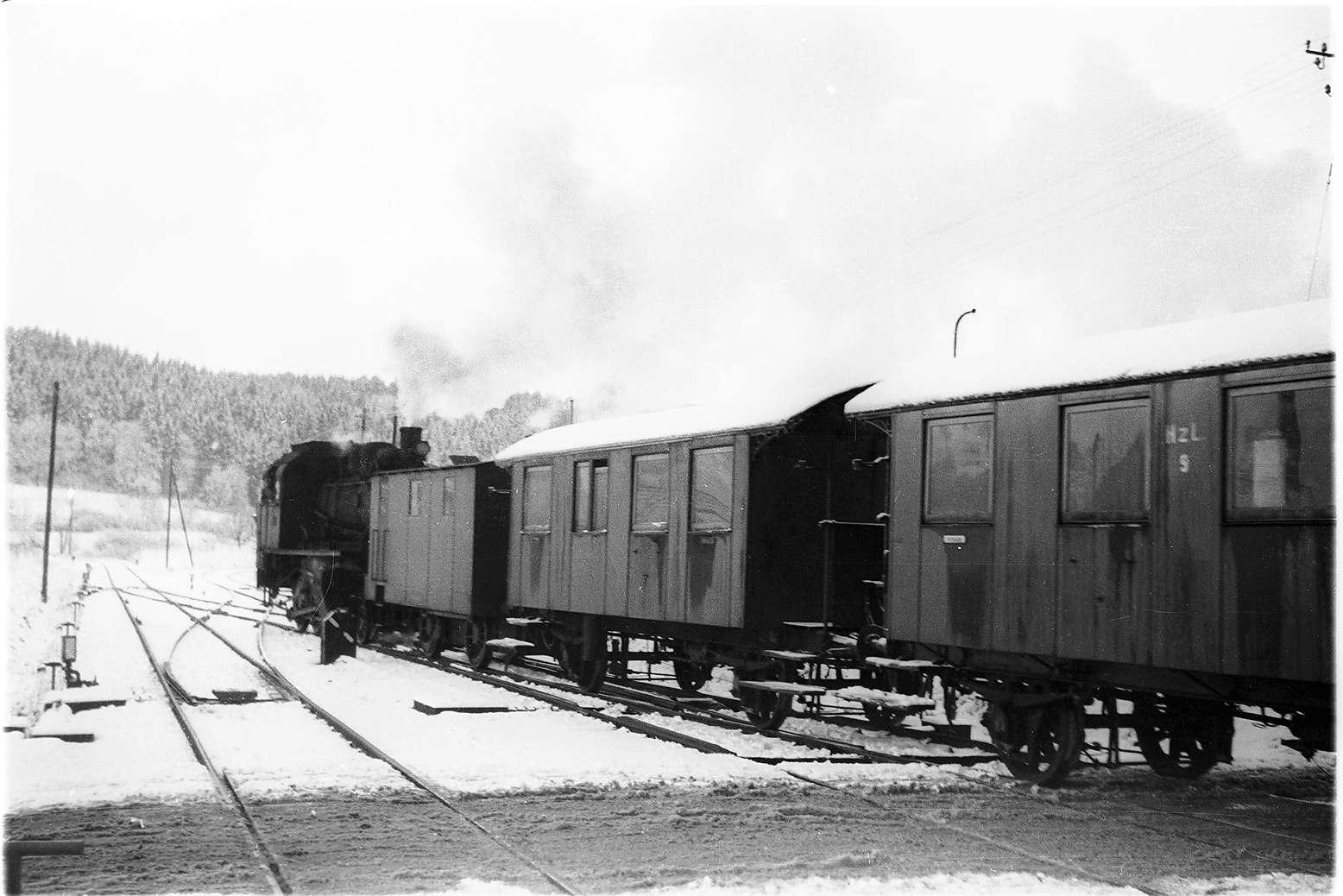 Bahnhof Gammertingen, Rangieren der Lok 141 mit Heizwagen Nr. 6 und Personenwagen von 1901, 2009 betriebsfähige Museumswagen, Bild 1