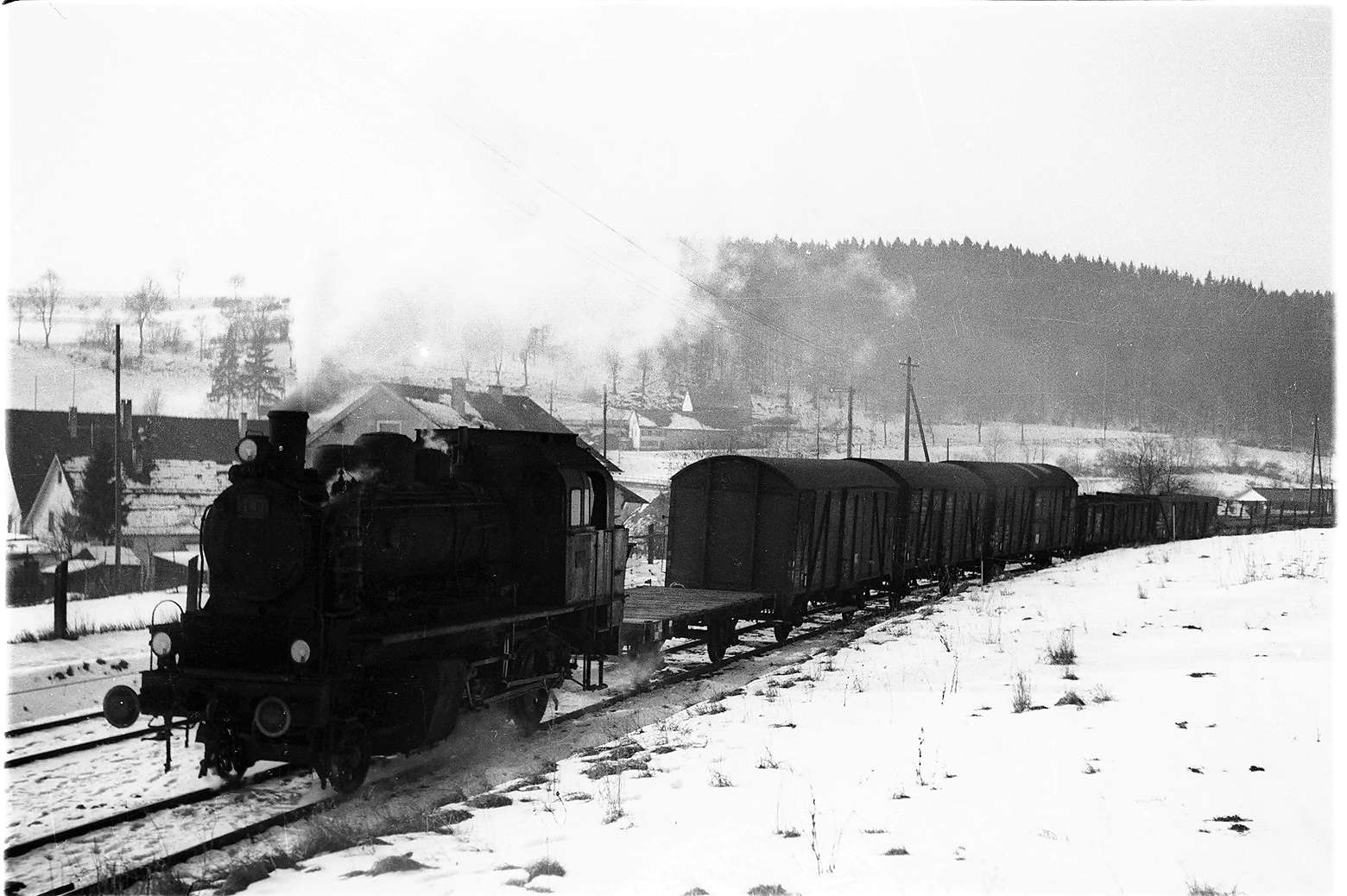 Lok 141 mit Güterzug 305 auf dem Engstinger Gleis, Bild 1