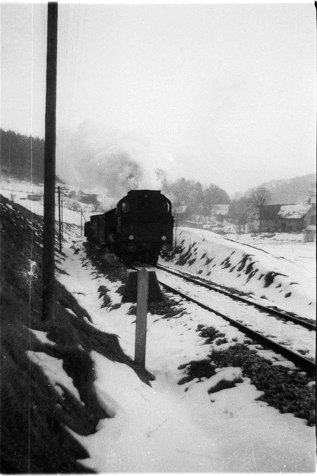 Lok 141 vor der Trapeztafel des Bahnhofs Trochtelfingen, Bild 1