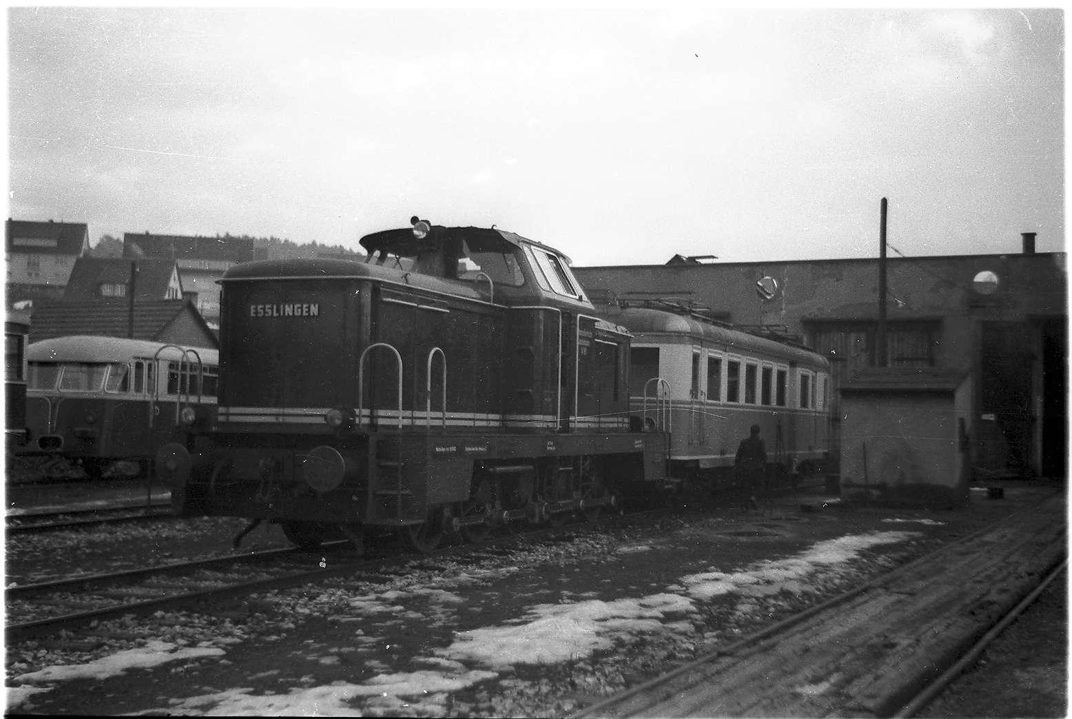 Diesellok V81 mit Triebwagen ET3 der Trossinger Eisenbahn, dessen Achsen in Gammertingen abgedreht wurden, Bild 1