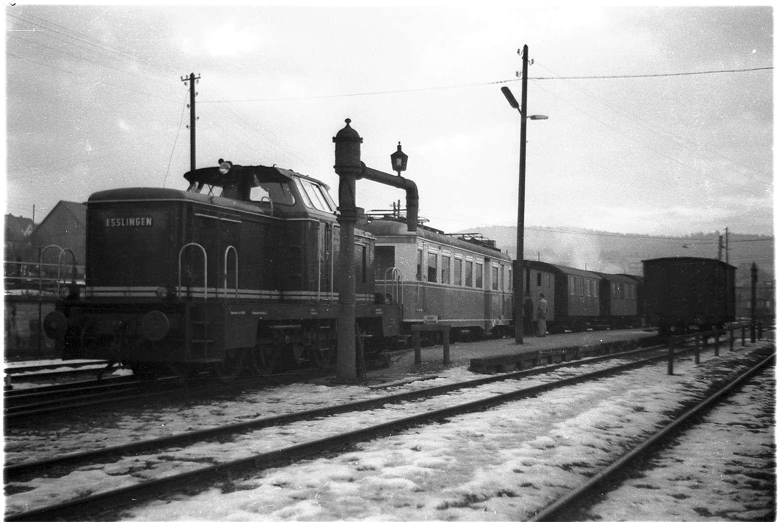 Abtransport des Triebwagens ET 3 der Trossinger Eisenbahn von Gammertingen, Zug 316, Diesellok V81, der Wasserkran stand von 1912 - 1979, Bild 1
