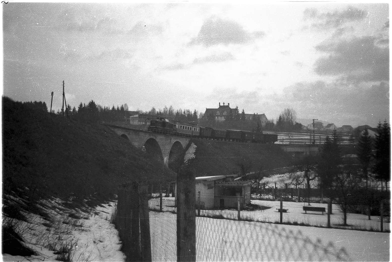 """Abtransport des Triebwagens ET 3 der Trossinger Eisenbahn von Gammertingen, Zug 316, im Vordergrund die Gärten von Bewohnern der engen Altstadt """"Unser"""", Bild 1"""