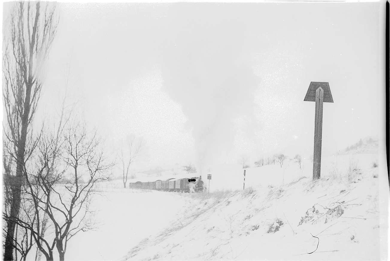 Lok 12, Güterzug 305 in voller Kraftentfaltung vor der Trapeztafel des Bahnhofs Killer, Bild 1