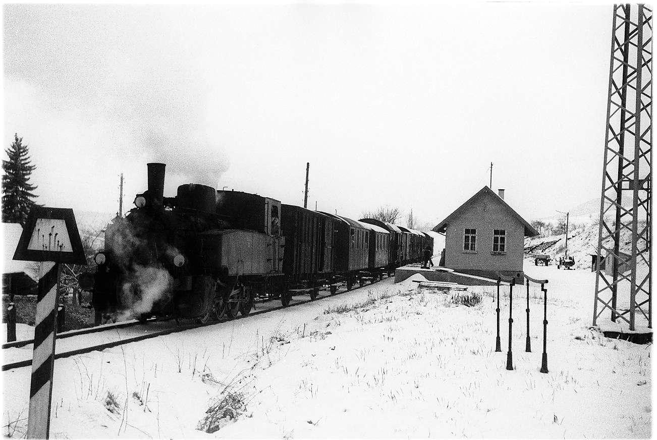 Lok 12, Bahnhof Killer, Stückgut ausladen, das Bahnhofsgebäude ist seit 1993 das Deutsche Peitschenmuseum, der einzige erhaltene Bahnhof zwischen Hechingen und Gammertingen, Bild 1