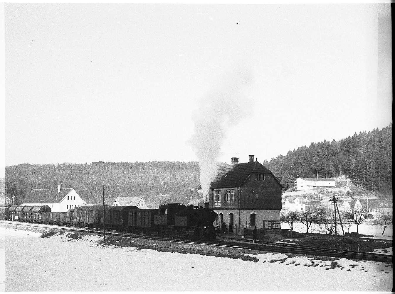 Lok 15 in Veringenstadt, Bahnagent war ab 1956 - 1993 der Niederschlesier Bernhard Karkosz (1925 - 1994), die Fahrkartenausgabe bestand bis 2002, seitdem Fahrkartenautomaten, Bild 1