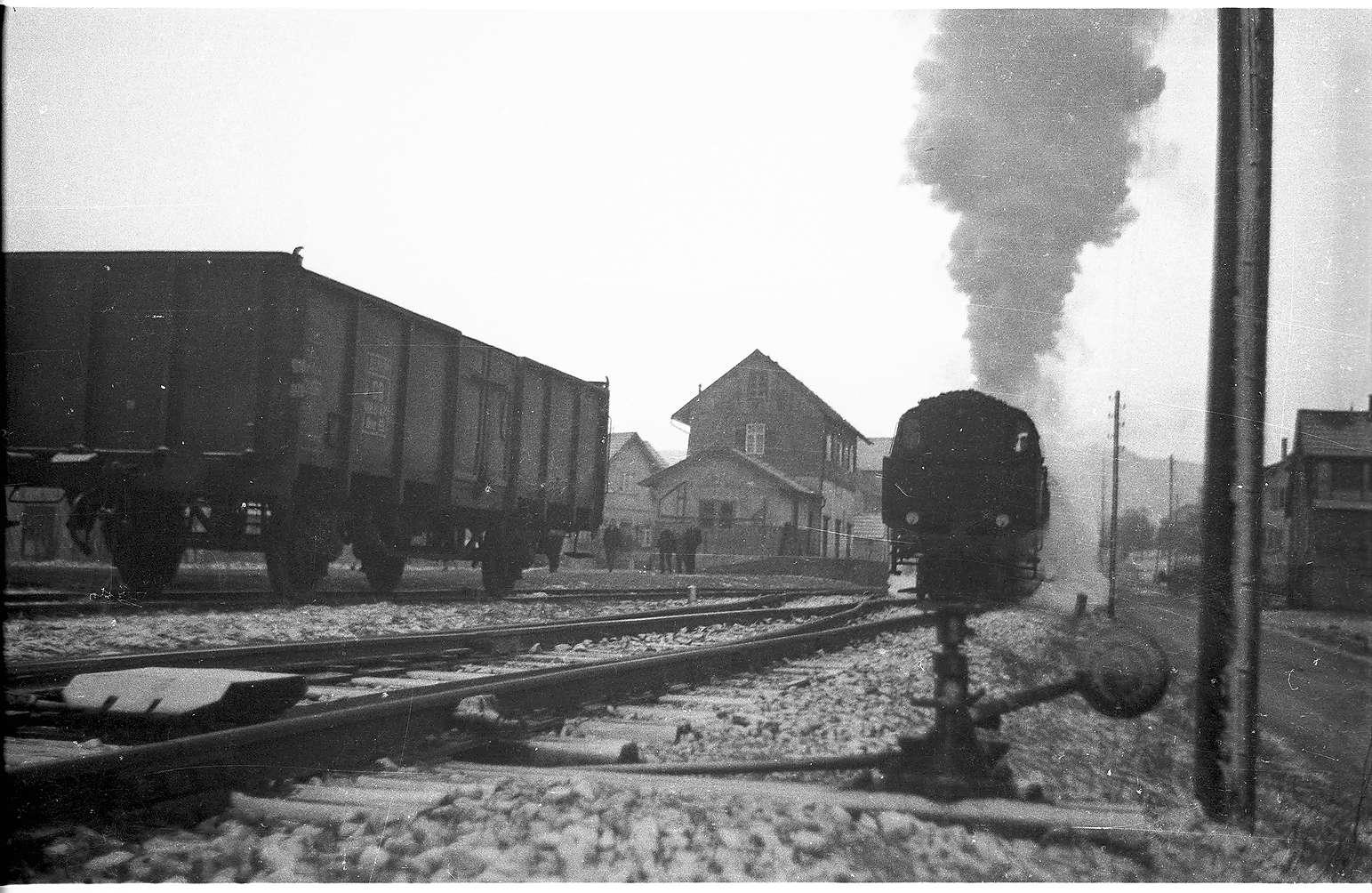 Lok 15, Jungingen, Bahnhofsgebäude um 1985 wegen Erdbebenschäden abgebrochen, 1994 Haltestellenhaus aus Holz, Kreuzungsbahnhof mit Rückfallweichen seit 1985, Bild 1