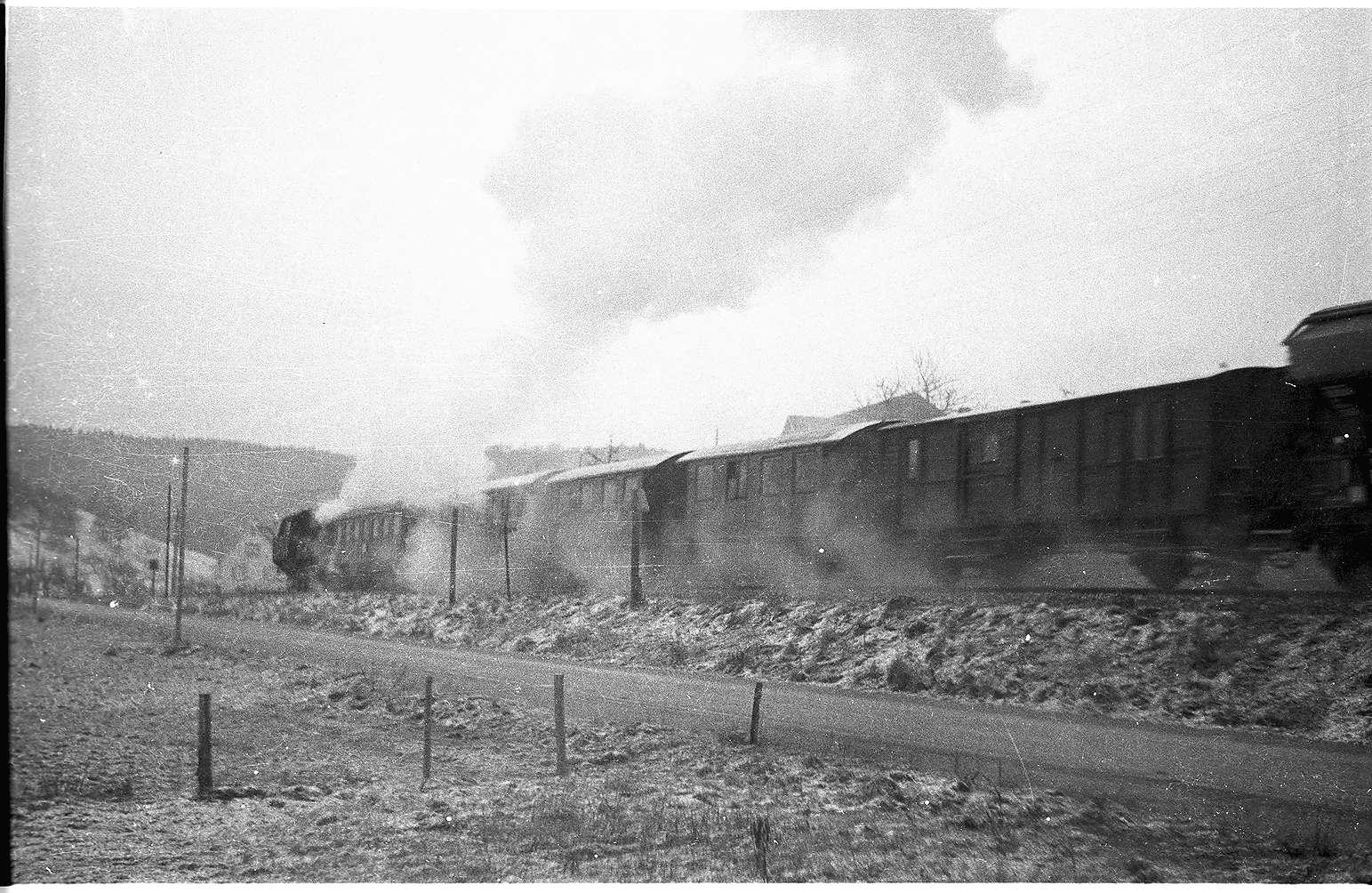 Lok 15, Jungingen, Zug 298 bestehend aus einem Vierachser und zwei Zweiachser-Personenwagen sowie Packwagen und mitgeführten Güterwagen, Bild 1