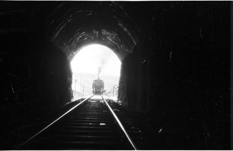 Veringenstadt, Tunnel, erbaut 1908, Straßentunnel parallel 1976, Lok 15, bei den Luftangriffen suchten die Züge Schutz in den Tunneln, Bild 1
