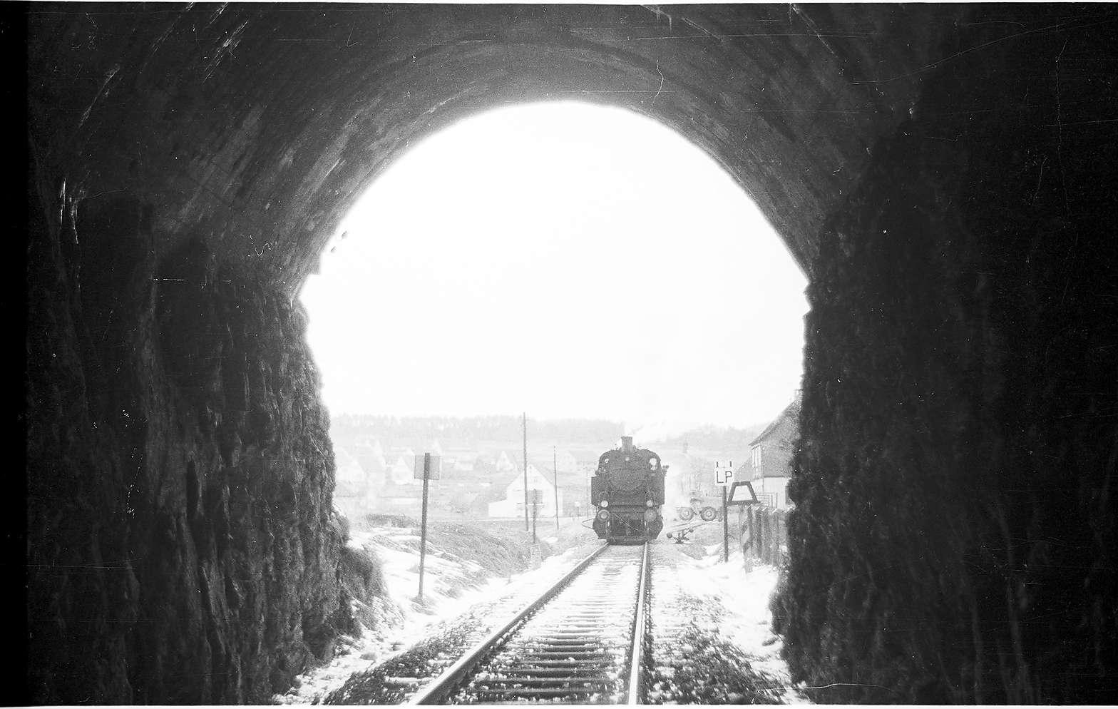 Veringenstadt, Tunnel, Lok 15, Bahnhof seit 2002 unbesetzt, NALDO-Verkehrsverbund, Rückfallweichen seit 1985, Bild 1