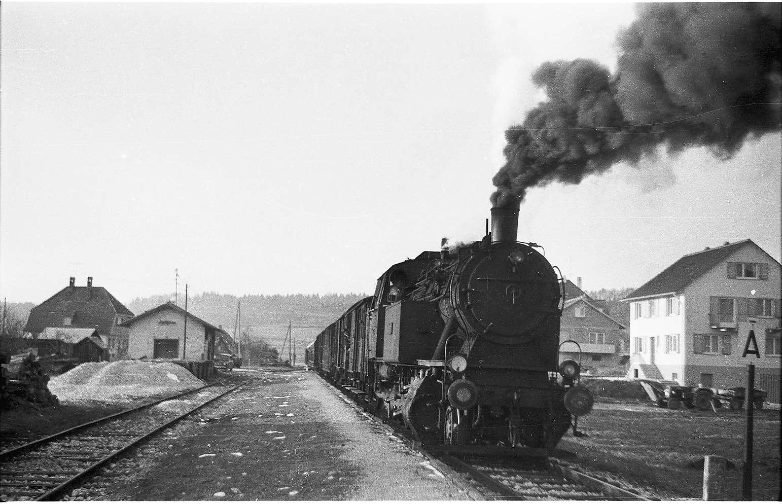 Bahnhof Jungnau, hier wurde ein Personenzug am 27. Februar 1945 von Fliegern angegriffen, Lok 15 blieb unbeschädigt, Denkmal eingeweiht im März 1995, anlässlich des Jubiläums 50 Jahre, Bild 1