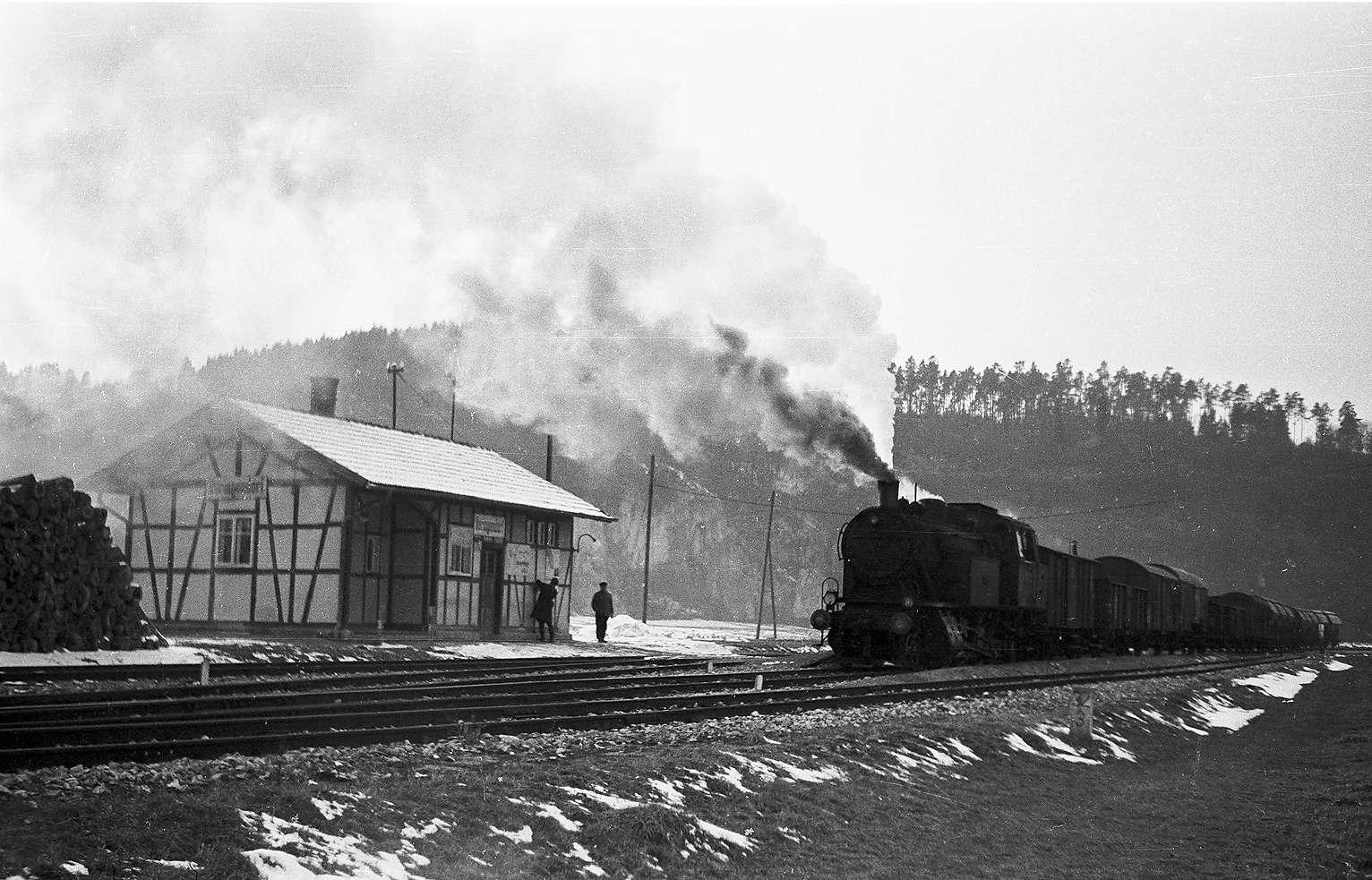 Lok 15, Bahnhof Veringendorf, erbaut 1908, 2009 abbruchgefährdet, der Zugführer schaltet das Blinklicht ein, Bahnagent Griener, Bild 1