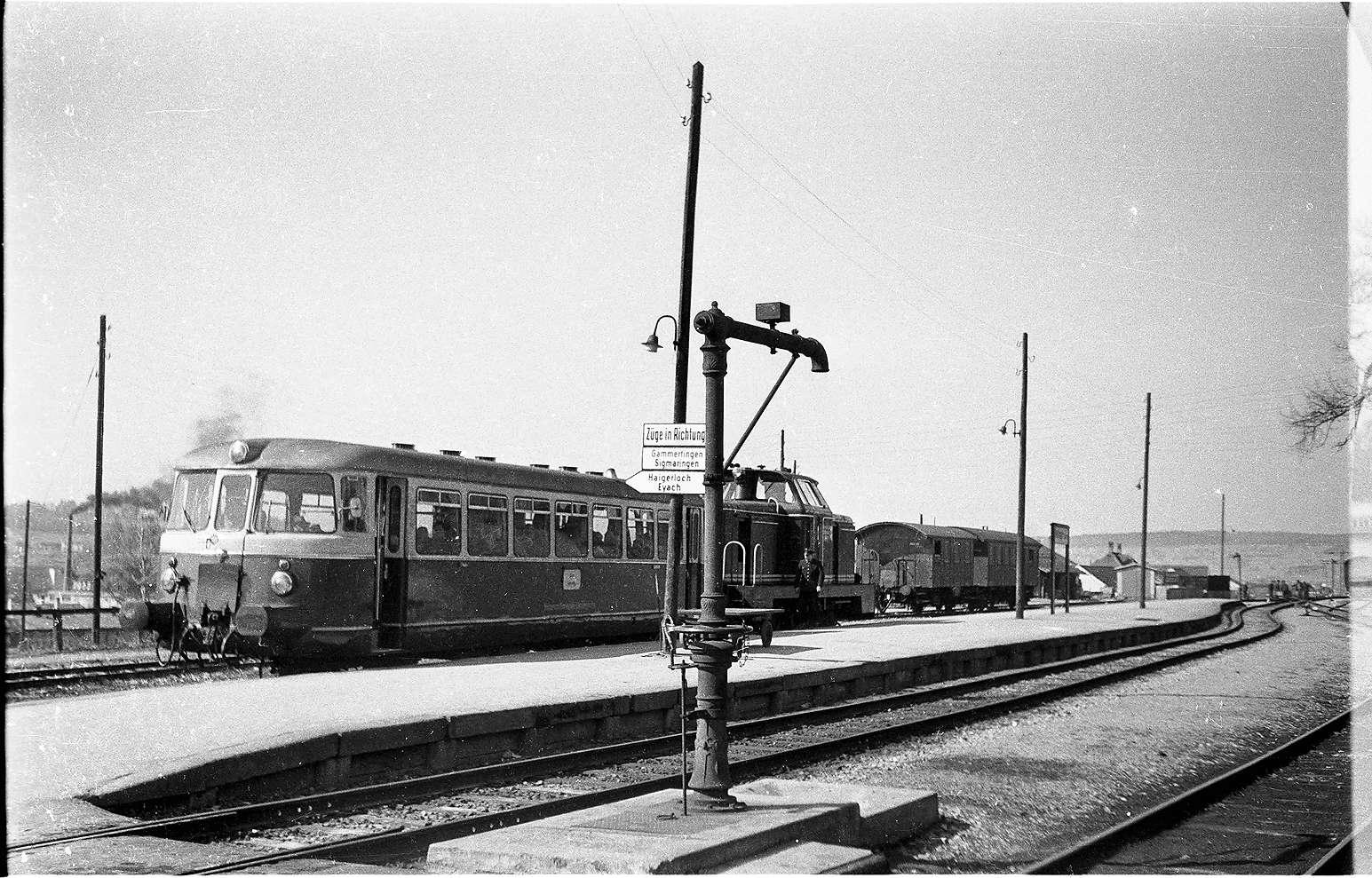 Zug 24/ 308 b, Bahnhof Hechingen, Diesellok V81, MAN-Triebwagen nach Eyach, der Wasserkran stand von 1901 - 2001, war bis zuletzt funktionsfähig, Bild 1