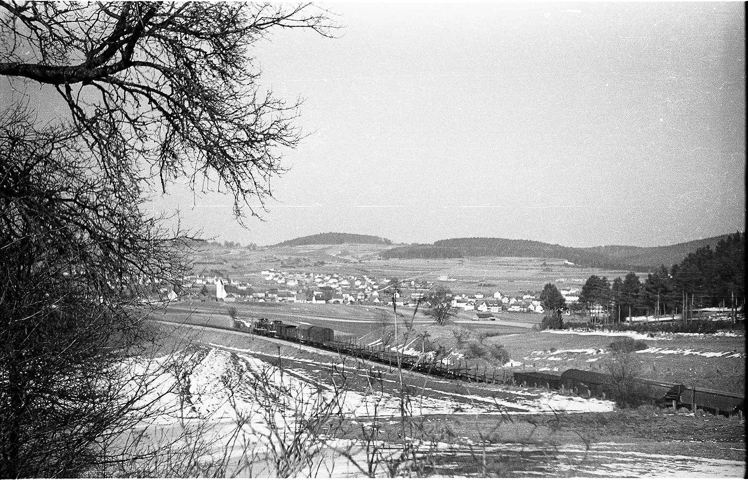 Gammertingen, 313/ 308 b, Diesellok V 81 und V 82 und Vorspann, Fehlahöre, Baugebiet Äußere Lochern, erschlossen ab August 1980 mit 18 Bauplätzen, Bild 1