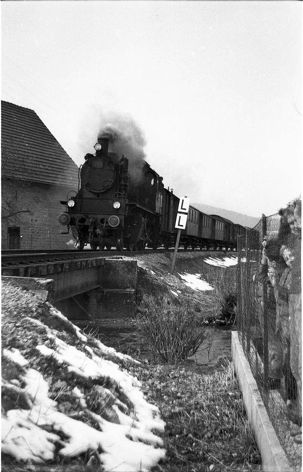 """Lok 141, Neufra, Fehlabrücke, LL-Tafel (bedeutet """"besonders stark läuten""""); Foto veröffentlicht im Landesbahn Bildband 2007, Seite 3, Bild 1"""